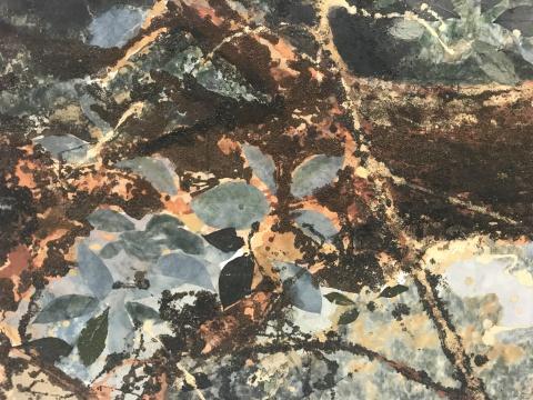 作品细节,渲染的叶子同真的树叶杂糅在作品中,成为自然与艺术家生命的
