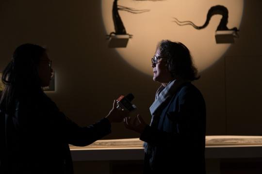 """艺术家徐冰在开幕式现场接受采访  徐冰是中国当代最重要的艺术家之一,超过四十年的艺术生涯呈现出持续的创造力,曾在美国华盛顿沙可乐国家美术馆、纽约新美术馆、布朗士美术馆、西班牙米罗基金会美术馆、捷克国家博物馆等重要艺术机构举办个人艺术展。亦曾受邀参加英国、法国、加拿大、日本、澳大利亚、芬兰、意大利、德国、韩国等国的重要联展。1999年,因其在书法创作及版画方面的成就,徐冰获颁被称为艺术界""""诺贝尔""""的美国跨领域最高奖项麦克·阿瑟奖(MACARTHUR AWARD)(亦俗称""""天才奖""""),他也是该奖项历史上的第一位华人获奖者。"""