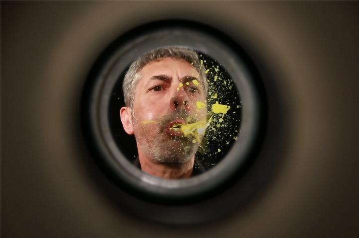 艺术家在《门上猫眼》作品中