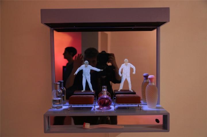 香皂上的编舞 综合材料和全息摄影 55.5 x 56.5 x 30.5cm 2014