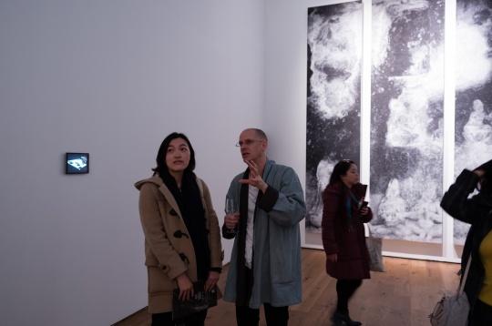艺术家 秋麦(左二)
