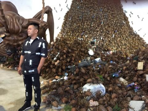 艺术家陈志光在展览现场