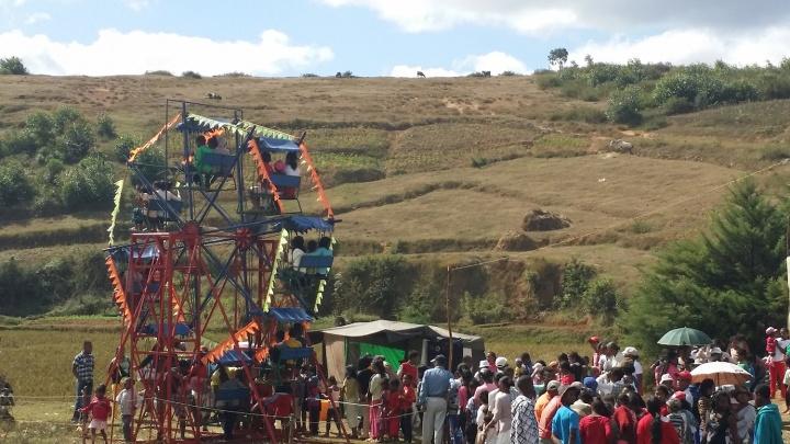 """马达加斯加当地的一个""""摩天轮"""",当天是个周六,当地家庭成群结队地来到这里,排队坐摩天轮"""