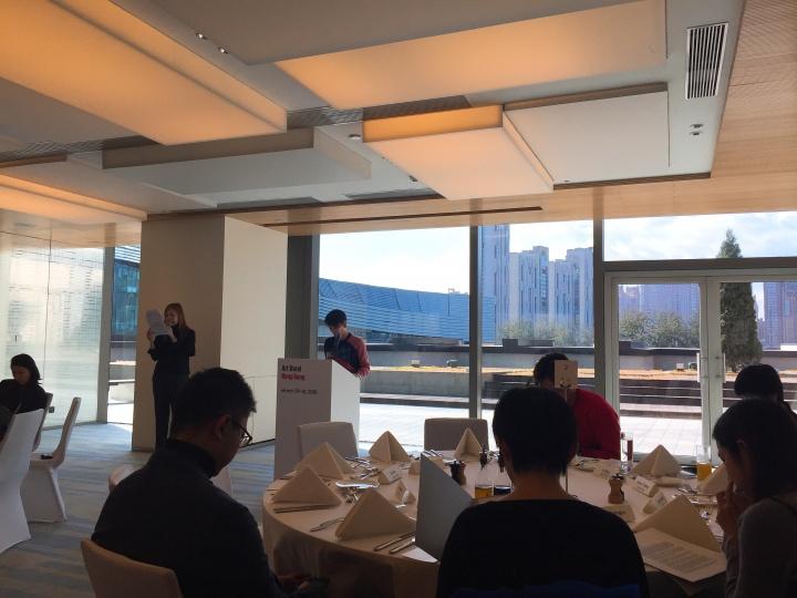黄雅君在北京东隅酒店发布介绍2018年香港巴塞尔艺术展相关内容