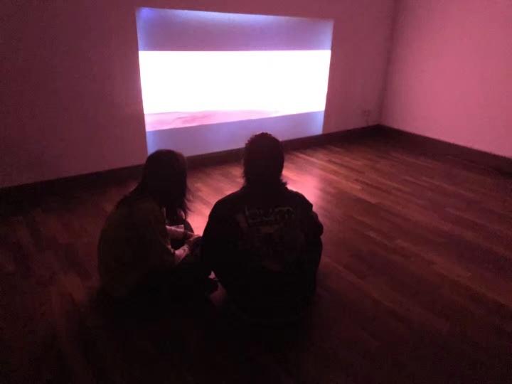 """柏林候鸟空间在11月17日开幕的新媒体展览""""无量佛"""",展出了冯且、高郁韬、雷本本、李子沣、梁智鹏、呂思斯、罗蔷、雎安奇、施政、王若晗、张翀11位多媒体艺术家的作品。"""
