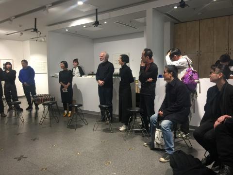 策展人Francesco Bonami(左五)和艺术副总监吴天(左六)主持开幕式