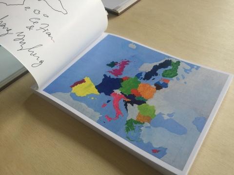 简策和她的丈夫程昱峥以接力的方式临摹了60幅欧盟政治地图