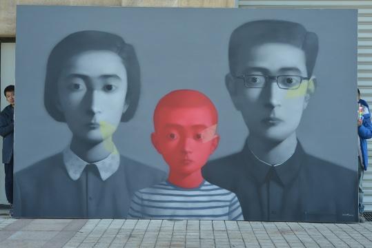张晓刚 《全家福》 280x450cm 布面油画 2002-2005