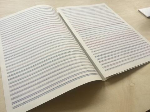 来自捷克的艺术家Milan Grygar在五线谱绘制各种颜色的直线