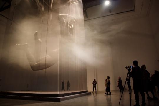 「天人之际·蔡志松艺术展」开幕式现场释放干冰雾