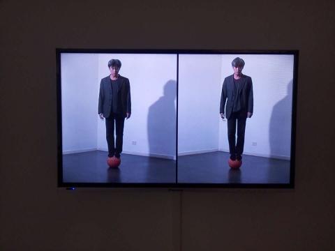 《进入平行世界》 28分25秒 影像、表演 2001-2006