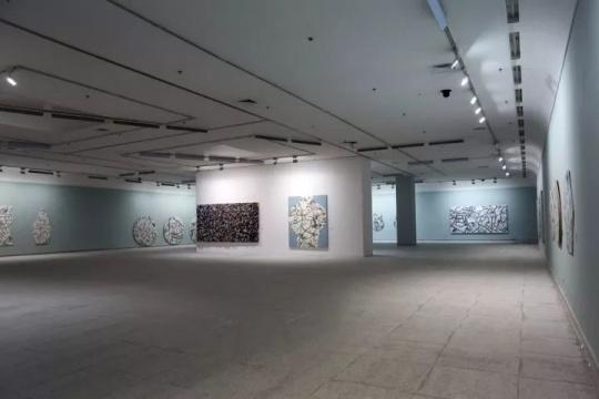 """一号展厅展出岳敏君""""迷宫""""和""""琐碎""""系列"""