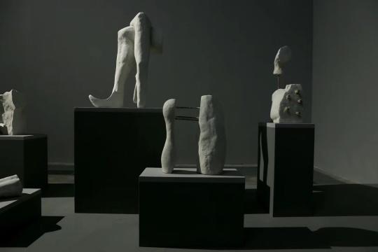 《等待新装》变形、错位、肢解的石膏雕塑