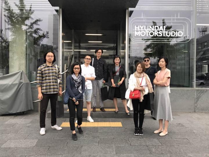 首届Hyundai Blue Prize年度艺术大奖决赛入围者与现代汽车工作人员一同探访韩国现代汽车文化中心(图片提供:现代汽车文化中心)