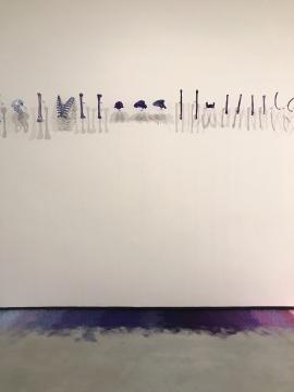 林天苗《都一样》15m彩色真丝线、树脂骨骼、金属挂件2011