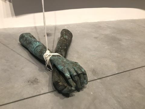 路易斯·泽尔比尼 Luiz Zerbini 《欢快的心情》 347×192cm、363×192cm、351×189cm三联画-布面丙烯、青铜、木材、水泥、陶瓷和棉绳 2016