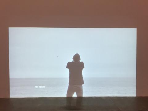 乔瓦尼·欧祖拉 《时间全无》 7分54秒 2017   作品是乔瓦尼·欧祖拉为纪念一种来自加那利群岛的古老语言而作。这种语言由吹口哨生成,主要是为了声音能在Gomera岛上能够穿过深 深的峡谷来远距离沟通。