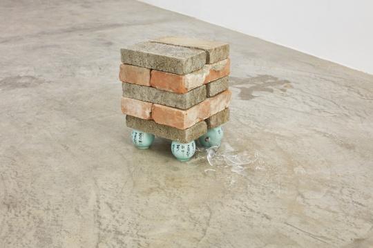 安德烈·小松 《阶级的底层,中国》 31×24×43cm 常见的中式茶杯、砖块、水晶酒杯 2011-2017