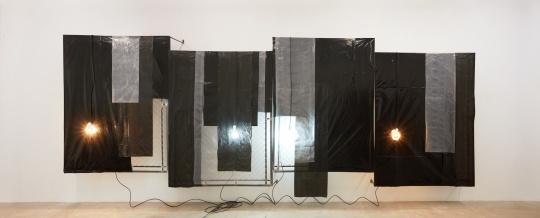 安德烈·小松 《幽灵#7》 220×600×28cm 铁、清漆、镀锌板、塑料帆布、胶、电线、霓虹灯 2017