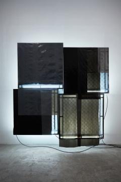 安德烈·小松 《幽灵#6》 210×210×28cm铁、清漆、镀锌板、塑料帆布、胶、电线、霓虹灯 2017