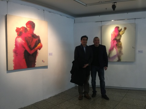 四川美术学院美术馆馆长冯斌和重庆市文化委员会副主任江卫宁在冯斌作品前合影
