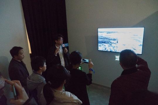 """策展人、奥永美学艺术总监赖骏杰在""""水·时间寓所""""导览现场"""