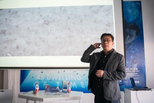 艺术家汤南南在开幕式现场介绍作品
