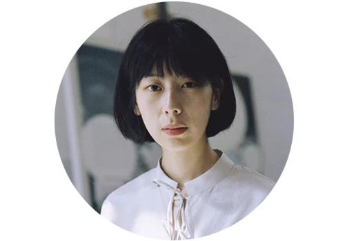 """陈卓(b.1986)    研究生师从刘小东的陈卓,毕业时便在杨画廊举办个展""""一瓣世界"""",并开始了和杨画廊的合作。与其他艺术家不同,陈卓不愿意把自己的生活和情绪反映在作品上,因此她曾表示自己是""""摒弃了一手经验的艺术家""""。"""