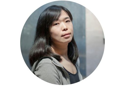 忻洛汀(b.1980)    12月9日,忻洛汀即将在hiart space(上海)举办她的最新个展。就像奈良美智钟爱画娃娃一样,忻洛汀的作品中,也总是出现一个气定神闲、短发、细长眼睛、细长嘴巴的小女孩,似乎带着一种狡黠,也似乎有一种不为人知的忧伤。不难看出这个女孩融入了忻洛汀的自我形象。这个小女孩时而是画面的主体,时而也对画面大环境做出退让。在忻洛汀眼中,笔下的女孩就是她对自我内心的关照。