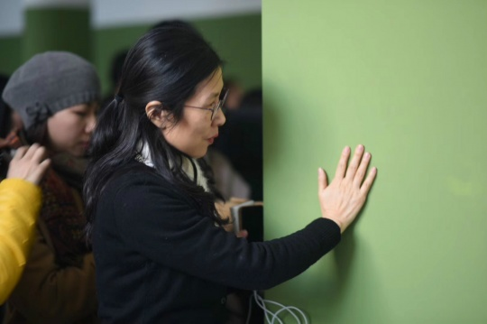 盒子美术馆公教部主管何金芳女士与法国艺术家维朗妮·朱玛作品《绿色全景画》互动