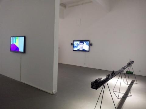 前景为娜布其的装置作品《空间外的风景》