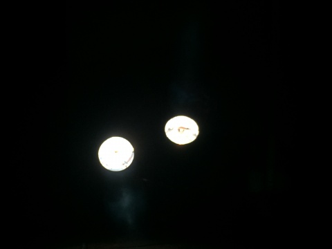 两盏明亮的射灯