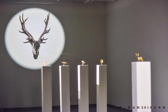 (远)《鸣》 140×88×50cm 不锈钢或白铜铸造 2016-201  (近)24K纯金铸造的鹿和鹤