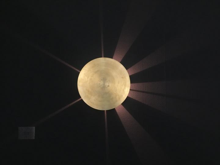陈哲 《向晚时记(2017年BANK版)》 46.8×46.8×10cm 镌刻黄铜片、LED灯球 2017