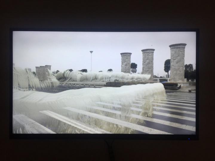 李明 《烟士披里纯—第一章:国土局马路对面游过一条大白龙》 2分9秒 高清录像,彩色有声 2017
