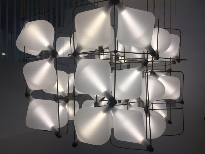 """迈克尔·杨 《Super Clover 灯具》 手工吹制 玻璃 2017©Lasvit (""""数字之维""""展览)  知名英国工业设计师迈克尔 ·杨为捷克奢侈品品牌Lasvit创造了款灯具。这款灯具由数字算法生成,大小和造型随模块组合变化而变化。迈克尔·杨和Lasvit 强强联合,通过数字化科技的应用革新了玻璃制作的传统工艺"""