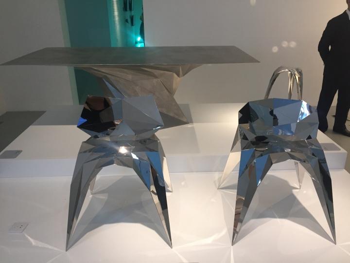 """张周捷 《SQN系列》 2011-2013(""""数字之维""""展览)  这组结合了计算机算法和特殊焊接技术的家具,造型独特,舒适轻巧。设计师受自然、道教思想与进化论的启发,编写出核心算法,使作品自动生成。有次设计师不在掌控创作的主要控制权,从而挑战了设计师的角色,并促进了科技与手工艺之间的融合。  张周捷在2011年伦敦100%设计和2012年木兰设计周崭露头角。2012年,他被评为Elle Deco年度年轻设计师。他的作品已被香港M+西九龙视觉文化博物馆收藏"""