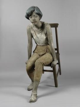LOT2088 展望《坐着的女孩》130×110×49cm 着色铜雕3/81990  估价:180-280万  当代艺术夜场