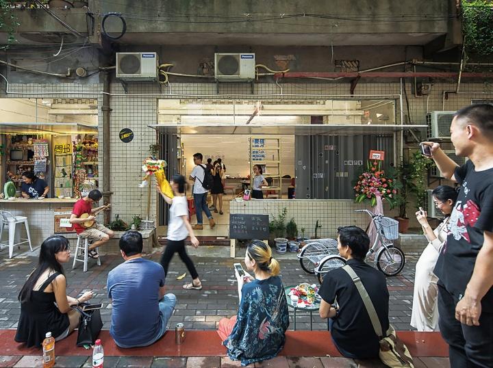 """黄边站的一些研究员,近两年又在广州美院附近创立了另一个独立自发机构""""上阳台空间"""",在一定程度上承担其黄边站培养的年轻艺术家们实践、集结、相处的功能"""