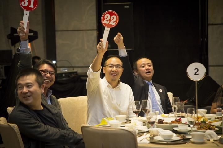 广州五行非营利艺术机构联合会2017年筹款晚宴拍卖现场,从深圳来的藏家成为义拍的主力