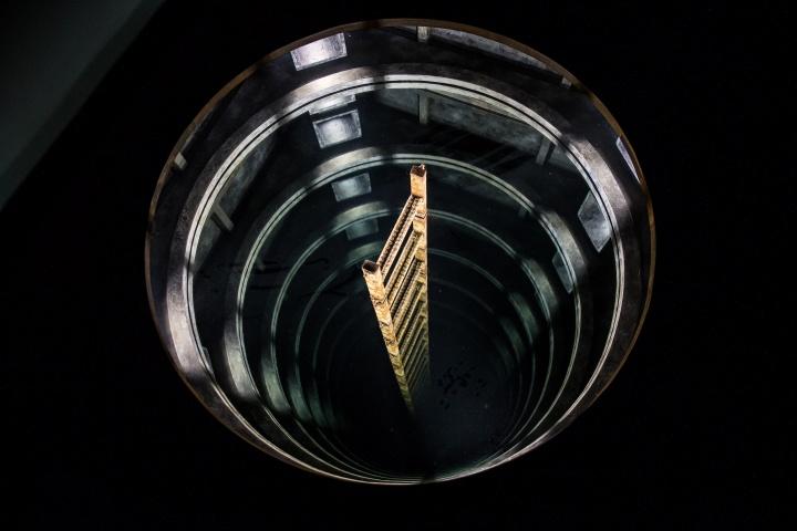 马克·贾斯蒂尼亚尼《洞》反射材质、光、木头、其他物件 2017  歌曲《想要?》