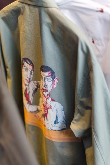 """陈冠希从""""曾梵志:散步""""展览汲取灵感,将艺术家曾梵志的代表作《理想主义(面具系列 2003 第 1 号)》、《肖像》、《老虎》和《西瓜》等代表重现于多款衬衫之上,并于3125C x UCCASTORE Pop-Up 店铺销售"""
