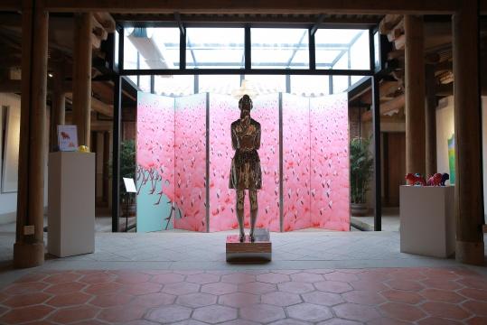 王艺展出作品:《红》3000x6000mm 丝网版画2017 《自我》 不锈钢 2017