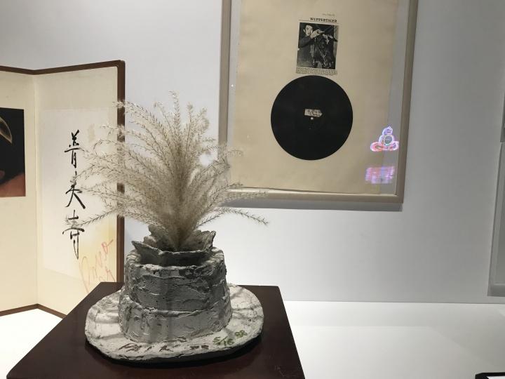 昊美术馆展出的白南准作品《博伊斯之声》第16版 1961-1988  白南准在《博伊斯之声》中网罗了文献、作品,表演影像以及博伊斯去世后的资料,来重新审视自己与约瑟夫·博伊斯之间的友谊。这件作品传达的的不只是在西方艺术史的现代脉络中才能被解释的博伊斯的艺术生涯,还有隐藏在世界历史舞台内部逐渐成长的秘密。它象征着两人在欧亚大陆这块艺术的大地相遇后共同的艺术时间历程