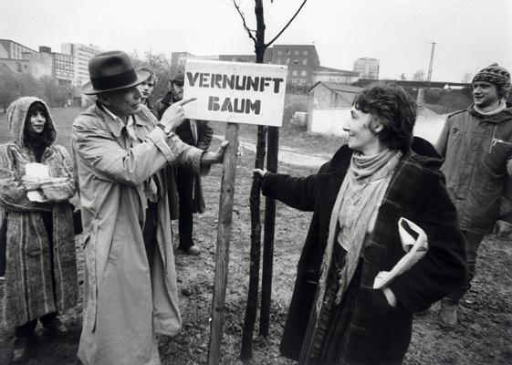 1982年6月,第7届卡塞尔文献展的开幕式上,波伊斯实施作品《7000棵橡树,城市造林替代城市管理》。他的规划是:寻求卡塞尔市政府和市民的支持,在第7和第8届卡塞尔文献展中间的5年内,由志愿者在市内种植七千棵橡树,并在每棵橡树旁放一个约120-150厘米高的玄武岩石条。