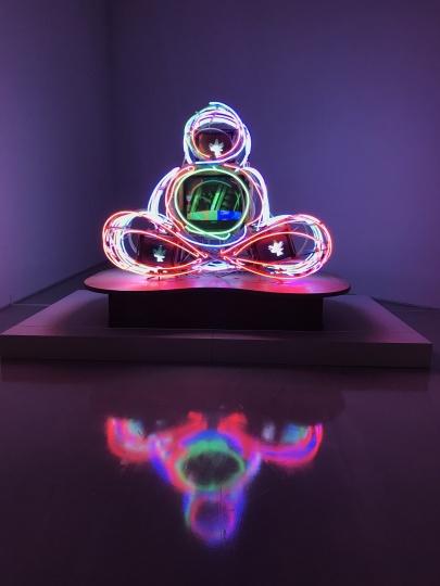 白南准《蓝佛》1992-1996  白南准后期的艺术组成创作,如果说白南准初期代表作《电视佛》的光是照向作品内部的,《蓝佛》的光则可看作是向外扩散蔓延的。