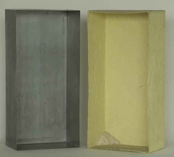约瑟夫·博伊斯《涂抹硫磺的锌盒》(左)、《涂抹硫磺的锌盒-被纱布塞住的角落》(右)64x31x18cm x2锌皮,硫磺,纱布1970