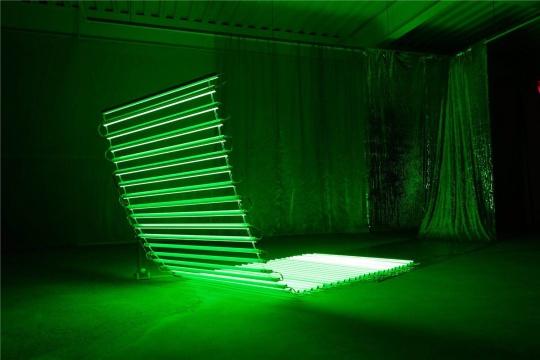 展览现场展出的徐子薇作品《无题一》  艺术家徐子薇为本次展览创作的装置作品《无题》系列直到开幕前夕才最终完成,正如她的自述:这是一件驻地创作的空间实验作品,是先前一直想要呈现的悬挂在空中的半弧形尝试对以前作品《几何》的延续。试图用光的元素对空间进行解读。