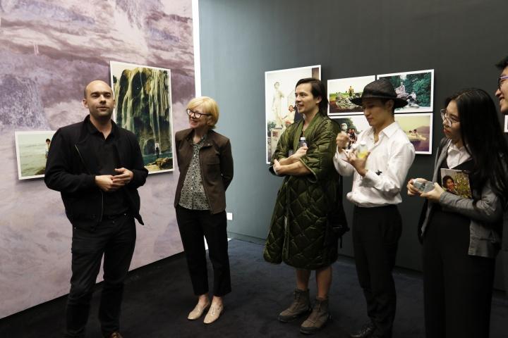 """""""看看我们!:自拍前的中国肖像摄影时代""""展览现场"""