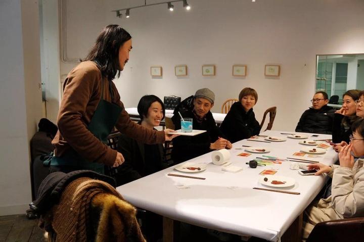 """""""月食""""项目每月20日邀请2位(组)风格迥异的艺术家下厨,制作无前例的16道餐饮,另邀 20位嘉宾品尝,已届30期"""